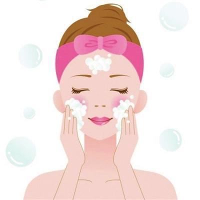 敷面膜前清洁脸部很重要